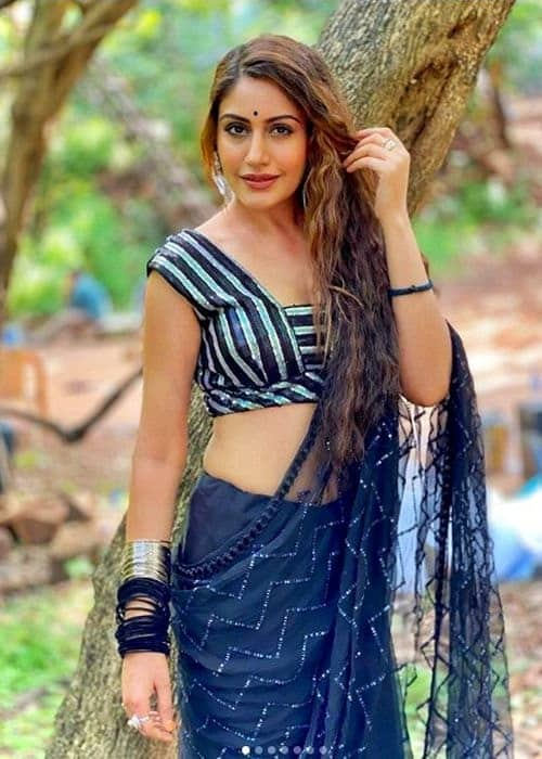 Surbhi Chandna Height in Inches